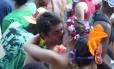 Casal se beija no carnaval de rua do Rio