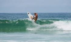 Lucas Silveira pega onda na Praia da Barra Foto: Barbara Lopes / Agência O Globo