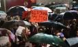 Estudantes do Mackenzie am ato de apoio ao governo em frente ao predio da USP na rua Maria Antonia.