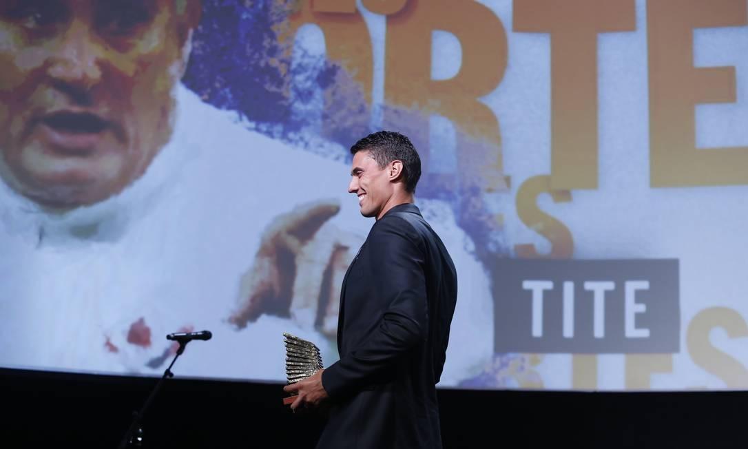 Matheus Rizzi Bachi subiu ao palco para representar o pai, o técnico Tite, vencedor da categoria Esportes Foto: Fabio Rossi