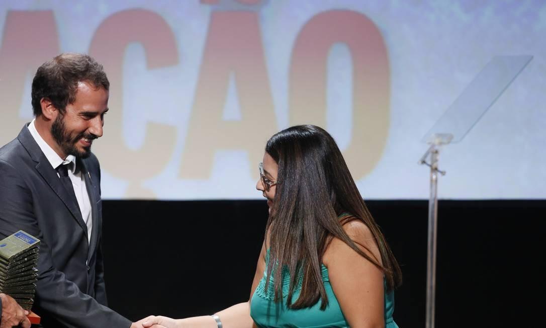Editor de Sociedade, William Hela Filho cumprimenta Patricia Gomes de Azevedo, vencedora da categoria Educação Foto: Pablo Jacob