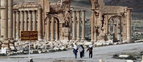 Foto de arquivo de 14 de março de 2014 mostra cidadãos sírios caminhando pela antiga cidade de Palmira Foto: JOSEPH EID / AFP