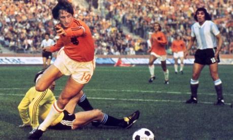 """Copa de 74. Cruyff dribla o goleiro Daniel Carnevali na partida em que a Holanda goleou a Argentina por 4 a 0: o craque do """"carrossel holandês"""" fez dois gols Foto: 26/06/1974 / AFP"""