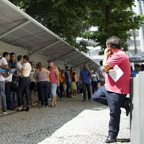 Fila. No consulado dos Estados Unidos, no Centro do Rio de Janeiro, pessoas aguardam sua vez para fazer a entrevista e receber (ou não) a autorização Foto: Marcia Foletto