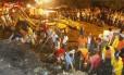 Bombeiros buscam corpos e sobreviventes no Morro do Bumba