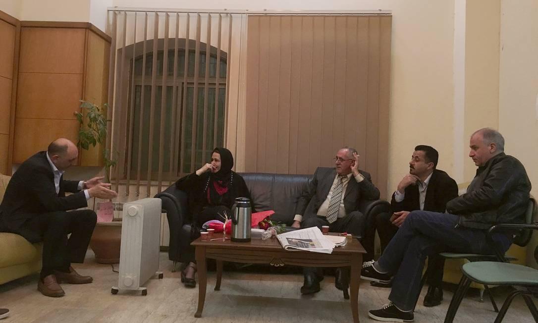 Parlamentar Najat Abu Baker, de cabeça coberta, recebe apoio em Ramallah Foto: DIAA HADID / NYT