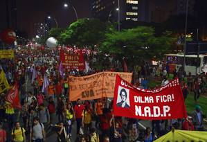Manifestantes protestam contra o impeachment de Dilma Foto: Edilson Dantas / Agência O Globo