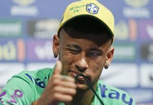 Neymar elogiou os companheiros Willian e Douglas Costa Foto: Andre Penner / AP