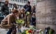 Belgas deixam flores em homenagem às vítimas dos atentados, em frente à estação de metrô Maalbeek, alvo dos ataques