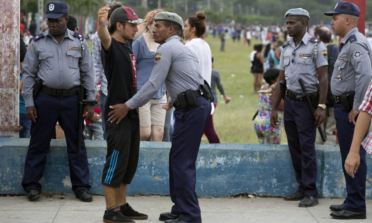 Show gratuito também tem escota policial; a venda de bebidas alcoólicas no show e nos arredores foi vetada pelas autoridades Foto: Desmond Boylan / AP