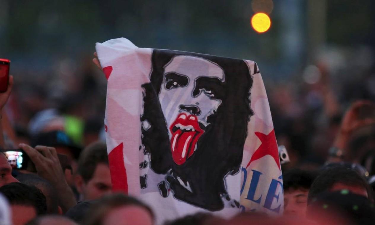 Clássica imagem de Che Guevara ganha o complemento do famoso símbolo dos Rolling Stones Foto: ALEXANDRE MENEGHINI / REUTERS