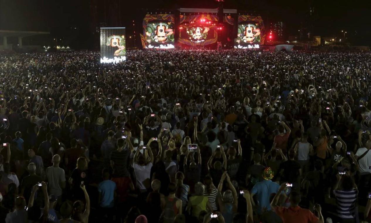 Mar de gente (e de celulares) na Ciudad Deportiva de la Habana; público estimado pelas autoridades foi de 400 mil pessoas Foto: UESLEI MARCELINO / REUTERS