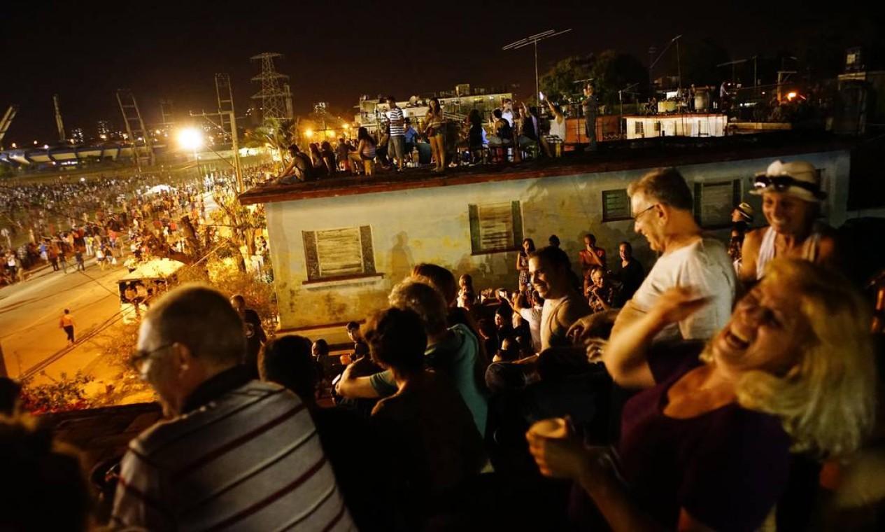 Com tanta concorrência por espaço, alguns apelaram para terraços de edifícios próximos ao show Foto: Ramon Espinosa / AP