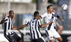 Nenê domina a bola acompanhado por marcação dupla do Botafogo no clássico disputado em março Foto: Alexandre Cassiano