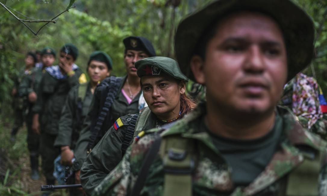 Espera. Rebeldes em direção a pequena aldeia perto de seu acampamento nas montanhas: acordo de paz foi adiado Foto: FEDERICO RIOS ESCOBAR / NYT