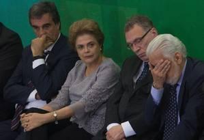 Dilma Rousseff ao lado de ministros em encontro com juristas no Palácio do Planalto Foto: André Coelho / Agência O Globo