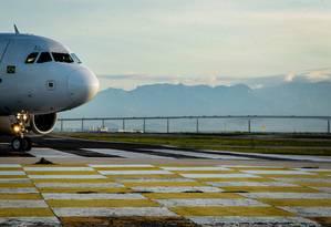 Amanhecer visto do Aeroporto Santos Dumont, no Centro do Rio Foto: Pedro Teixeira / Agência O Globo