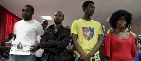 """Parte do grupo de ativistas escuta a sentença anunciada ontem, em Luanda: condenações de 2 a 8 anos por """"atos preparatórios de rebelião e associação de malfeitores"""" Foto: STRINGER / Reuters/Herculano Coroado"""