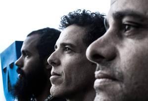 A máscara símbolo do BaianaSystem ao lado Russo Passapusso, SekoBass e Roberto Barreto; grupo lança 'Duas cidades' Foto: Filipe Cartaxo