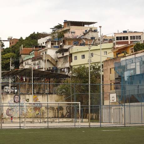 Vila Olímpica do Vidigal tem apenas um campo de grama sintética, pista atletismo, arquibancadas e uma quadra de badminton Foto: Agência O Globo / Guilherme Leporace