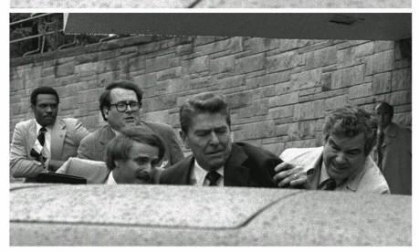 Atentado. Baleado, o presidente dos EUA, Ronald Reagan, é colocado no carro por seguranças na porta de um hotel em Washington Foto: Ron Edmonds 30/03/1981 / AP