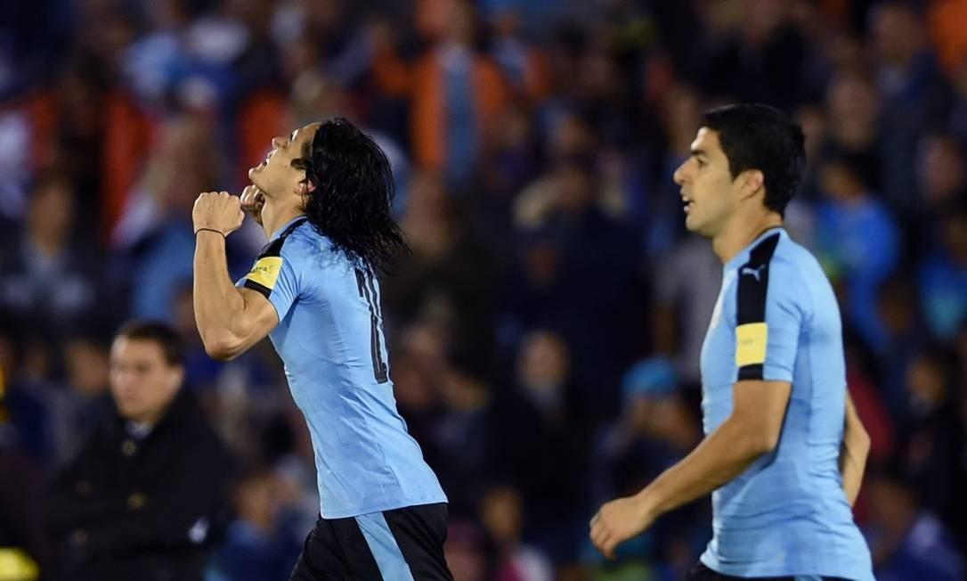 Cavani, à esquerda, ao lado de Suárez, comemora o gol da vitória do Uruguai sobre o Peru Foto: MIGUEL ROJO / AFP
