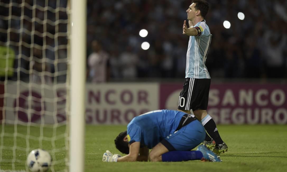 Messi abre os braços para comemorar o segundo gol da Argentina Argentina na vitória sobre a Bolívia, em Córdoba JUAN MABROMATA / AFP