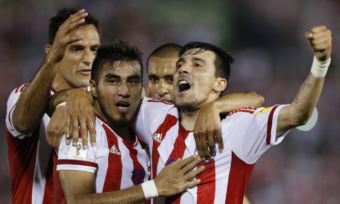 Paraguaio Dario Lezcano, segundo a partir da esquerda, comemora o primeiro gol contra o Brasil Jorge Saenz / AP