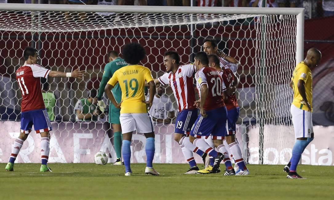 Paraguaio Dario Lezcano, ao centro, comemora o primeiro gol diante do Brasil, em Assunção Cesar Olmedo / AP