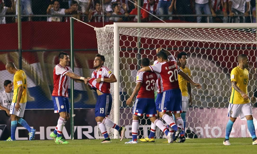 Dario Lezcano, número 19, comemora o primeiro gol do Paraguai diante do Brasil, no Defensores Del Chaco, em Assunção, pelas eliminatórias NORBERTO DUARTE / AFP