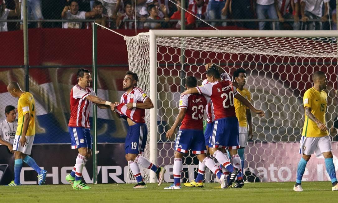 Dario Lezcano, número 19, comemora o primeiro gol do Paraguai diante do Brasil, no Defensores Del Chaco, em Assunção, pelas eliminatórias Foto: NORBERTO DUARTE / AFP