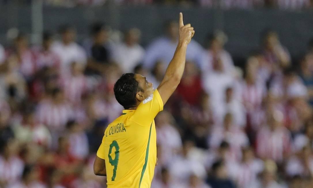 Ricardo Olivera comemora o primeiro gol do Brasil no empate com o Paraguai, em Assunção Foto: Jorge Saenz / AP