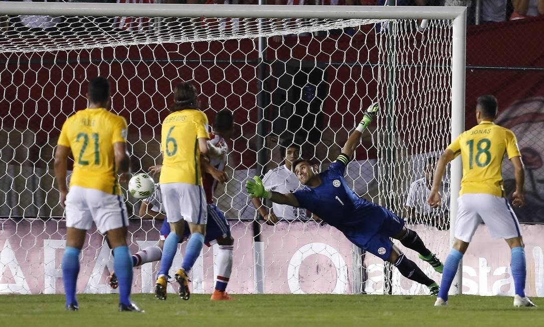 Goleiro Justo Villar pula, mas não alcança chute de Daniel Alves, no gol do empate do Brasil em 2 a 2 com o Paraguai, em Assunção Cesar Olmedo / AP