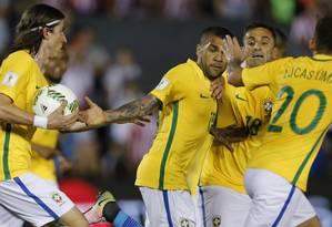 Daniel Alves, ao centro, comemora com Filipe Luis, Jonas e Lucas Lima o gol de empate do Brasil diante do Paraguai, aos 46 do segundo tempo, em Assunção Foto: Jorge Saenz / AP