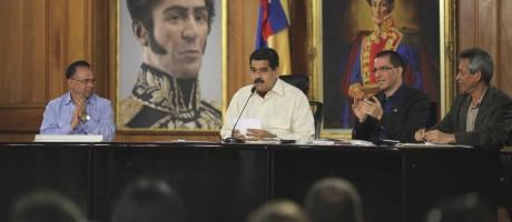 O presidente da Venezuela, Nicolas Maduro (no centro), prometeu vetar o projeto de lei da anistia Foto: REUTERS