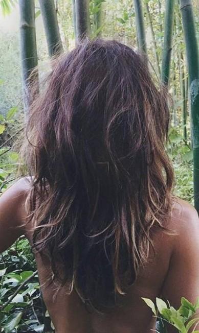 Halle Berry demorou, mas fez uma entrada triunfal no Instagram. Para anunciar que ela agora é adepta da rede social, a atriz postou uma foto fazendo topless de costas, mostrando suas curvas. A seguir, confira outras famosas que não têm medo do topless na rede... Reprodução / Instagram
