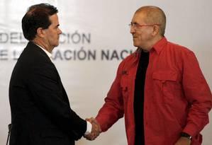 Frank Pearl (à esquerda), chefe da delegação do goevrno colombiano, e Antonio Garcia, comandante do ELN, apertam as mãos em Caracas: início do processo de paz Foto: MARCO BELLO / REUTERS
