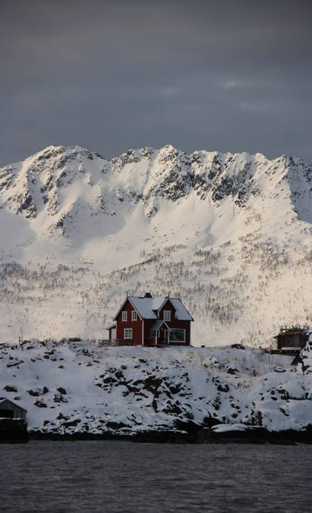 Casa em meio a neve na cidade de Senja, norte da Noruega Foto: Eduardo Maia / Eduardo Maia