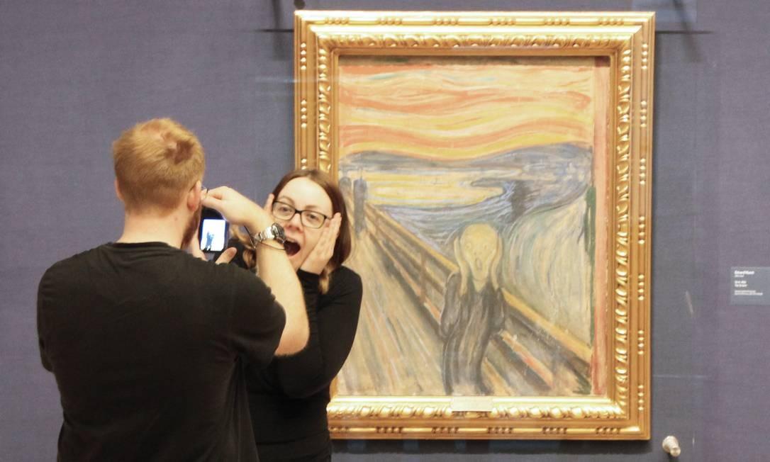 """Selfie em frente ao quadro """"O Grito"""", de Edvard Munch, na Galeria Nacional de Oslo Foto: Eduardo Maia / Eduardo Maia"""