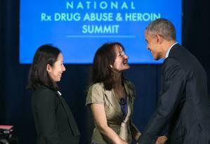 Obama cumprimenta Crystal Oertle, usuária de heroína em recuperação, durante evento em Atlanta Foto: Jessica McGowan/AFP