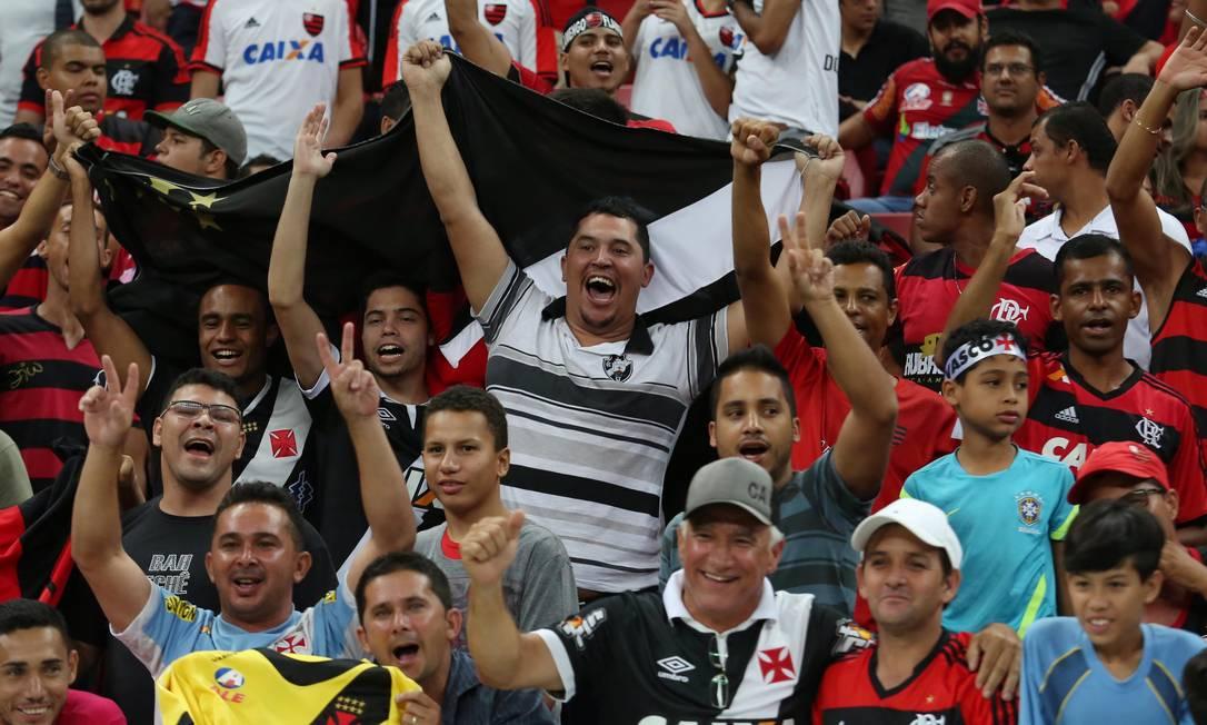 Torcedores de Vasco e Flamengo fazem a festa no Mané Garrincha Michel Filho
