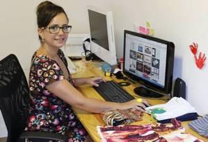 Negócio em casa. Juliana Amorim já trabalhou com desenvolvimento de sites e hoje tem uma loja virtual de roupas Foto: Domingos Peixoto / O Globo
