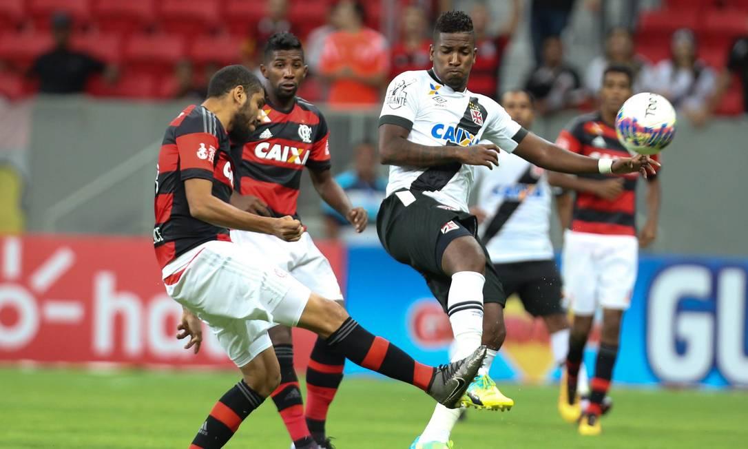 Rubro-negro Wallace disputa a bola com o vascaíno Thalles ANDRE COELHO / ANDRE COELHO