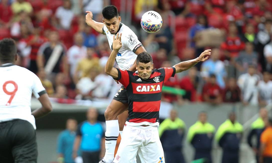Vascaíno Julio dos Santos disputa a bola com o rubro-negro Ederson no Mané Garrincha ANDRE COELHO