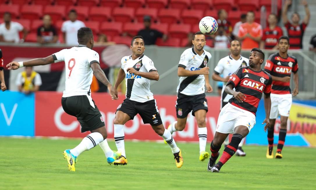Thalles e Jorge Henrique, do Vasco, disputam a bola com o rubro-negro Rodinei ANDRE COELHO