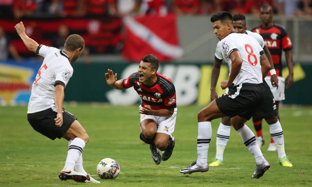 Entre os vascaínos Marcelo Mattos e Julio dos Santos, o rubro-negro Ederson grita de dor em Brasília Michel Filho