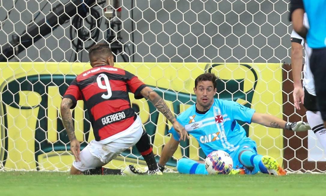 No primeiro tempo, Martín Silva, do Vasco, fez duas ótimas defesas à queima-roupa em conclusões de Guerrero, do Flamengo ANDRE COELHO / ANDRE COELHO