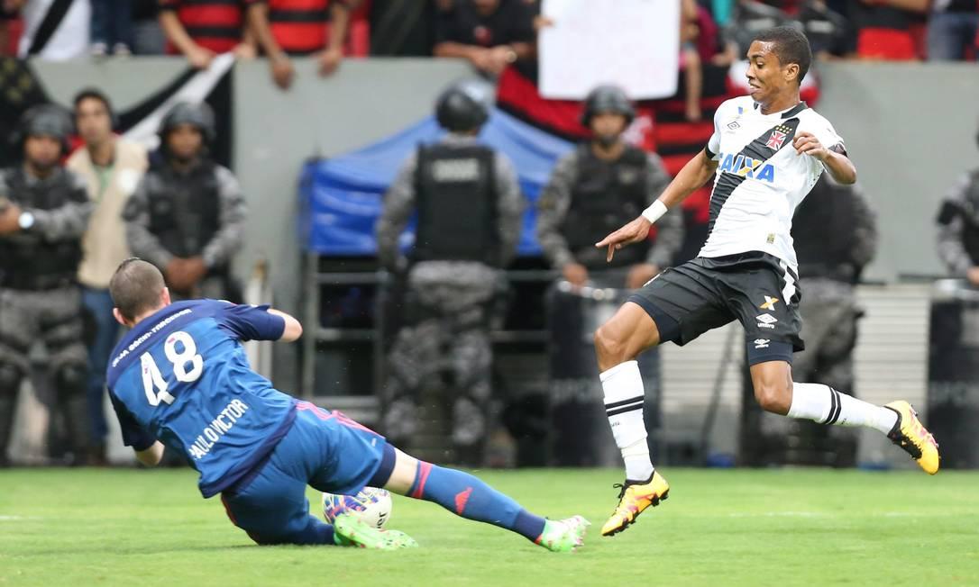 Paulo Victor, do Flamengo se antecipa ao vascaíno Madson para fazer a defesa ANDRE COELHO