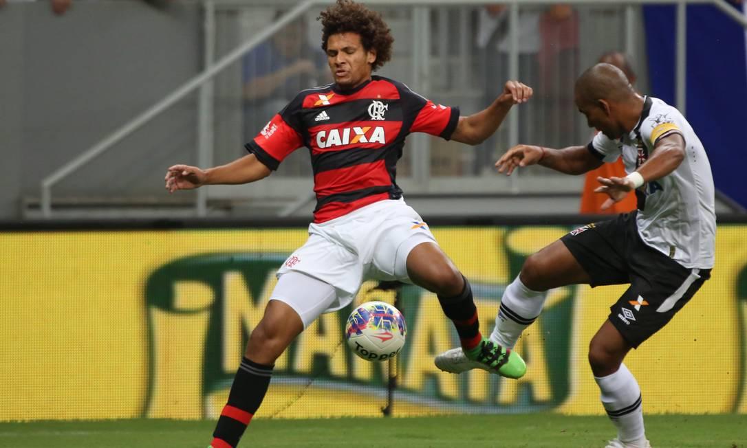 Rodrigo, capitão vascaíno, disputa a bola com o rubro-negro Willian Arão Michel Filho