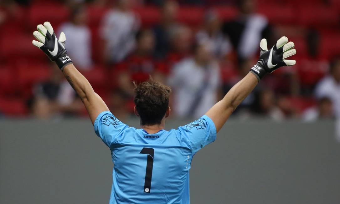 Destaque do time no primeiro tempo, o goleiro do Vasco, Martín Silva, gesticula no Mané Garrincha Michel Filho